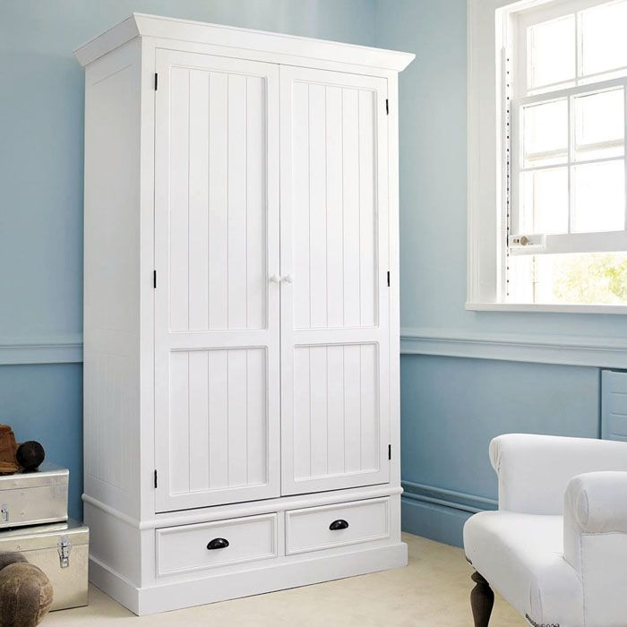 Такая мебель одинаково подойдёт и под стиль кантри, и под прованс: белая древесина смотрится просто и эффектно
