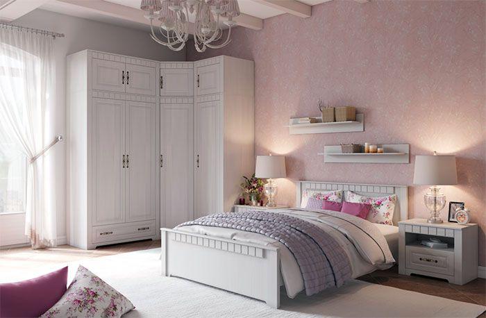 Даже для одного человека в провансе устанавливают большую массивную кровать, которая не утяжеляет облик комнаты. Изголовье обычно оформлено с помощью прикроватных тумбочек и приятных глазу светильников