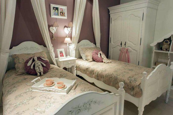 Деревянные кровати украшают декупажем и рисунками с обязательным растительным узором