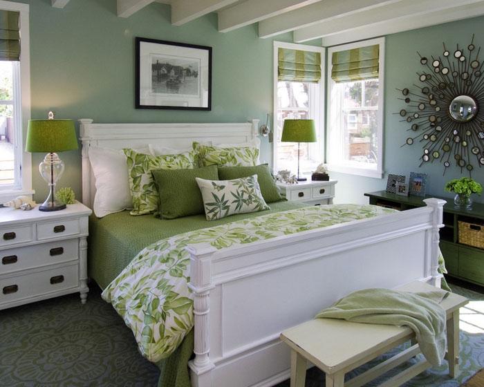 Оливковое бельё, подушки и белая деревянная кровать — с любого конца комнаты это самое притягивающее взор место, поэтому и оформляется соответственно