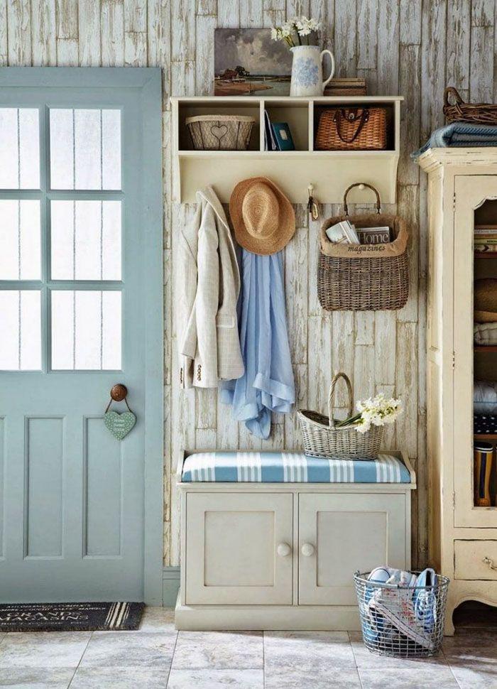 Не стоит загромождать пространство небольшой прихожей. Здесь всё по существу: банкетка, вешалка, шкаф и полка. Потёртости на светлом фоне дерева смотрятся естественно