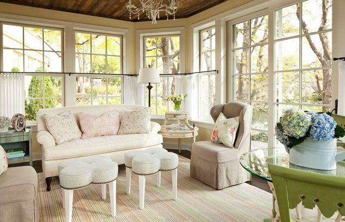 Обилие света всегда выгодно подчёркивает мебельные гарнитуры светлых тонов. Разные по конструкции и оформлению журнальные столики удачно вписываются в интерьер с мягким диваном и креслами