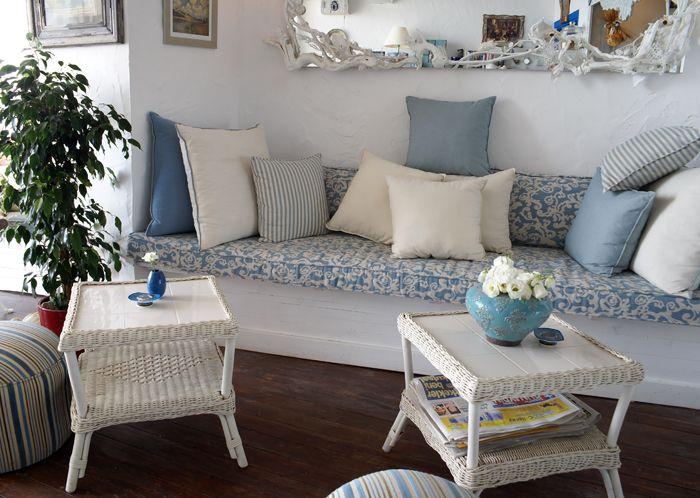 Длинная софа с обилием подушек — удачное решение для гостиной