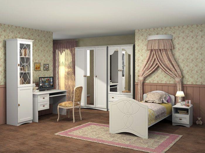 Если за основу взять тёплые цвета, то спальня сразу превращается в уютное гнёздышко. Резные узоры на мебели не смотрятся вычурно, мягкий свет от ночника рядом с кроватью не раздражает взор: здесь хочется наслаждаться тишиной