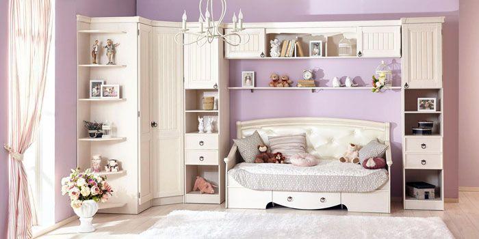 Розовый, лавандовый, лиловый — цветовые сочетания выступают на первом плане. Девочкам понравится спаленка в нежной расцветке с обилием текстильных вещичек, расписанных цветами