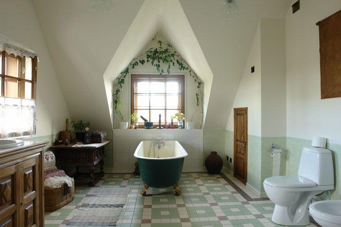Изящные ножки чугунной ванны, резная мебель, дверца в чулан: мы точно в 21 веке?