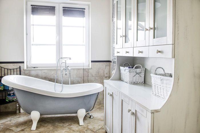 Обилие белого не делает ванную похожей на больницу, а добавляет уюта