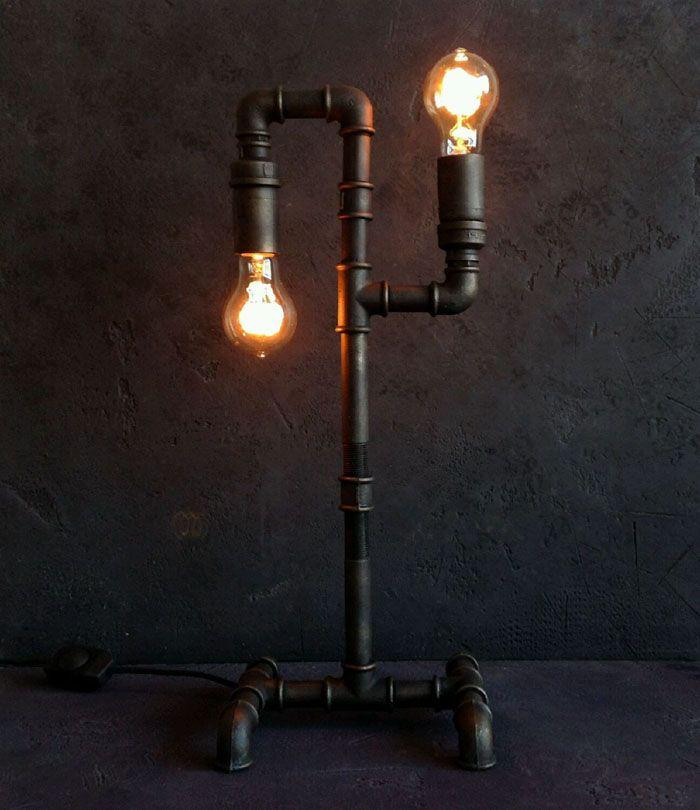 Две ничем не укрытые неяркие лампочки вжились в интерьер, делая образ лофта полноценным