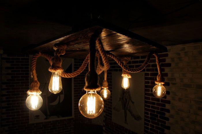 Канат, деревянная основа и разнокалиберные неяркие лампы — стильный светильник готов украсить собой интерьер