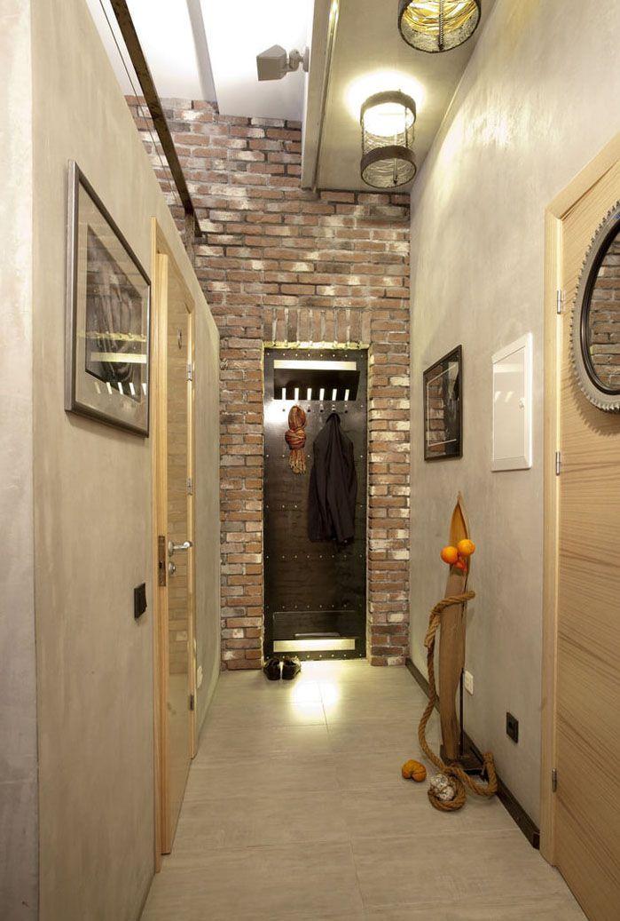 Стена-ширма отделяет прихожую от остальной части дома, а освещения в виде небольшой оригинальной лампы в металлическом абажуре вполне достаточно. Для узких прихожих обилие света не требуется
