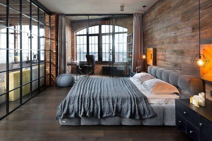 Верхний центральный свет может быть выключен, а вместо него от ниш в стене отражаются свисающие с потолка лампочки
