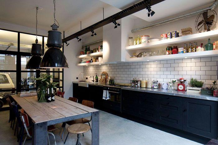 Дизайнерский вариант кухни: споты направлены на стеллажи, что очень удобно. Так как в лофте приветствуются полки открытого типа, то направленный на кухонную утварь и бакалею свет весьма удобен с практической точки зрения