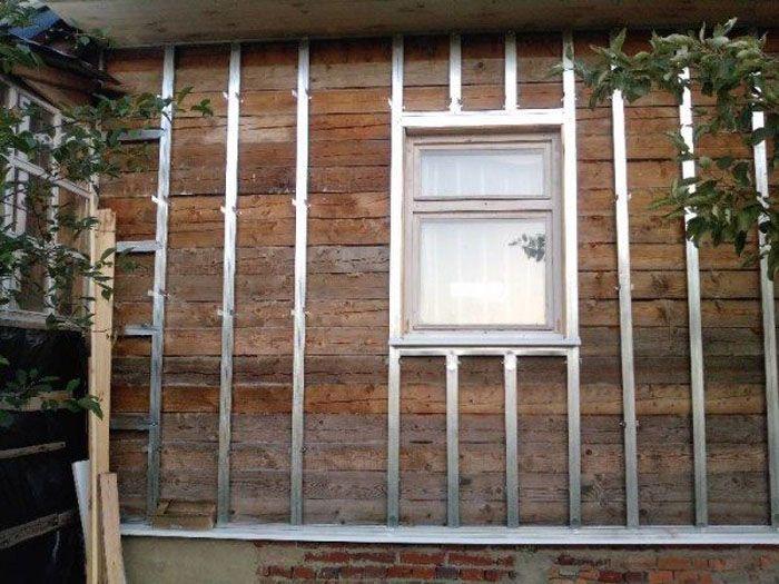 Использование металлических профилей для изготовления каркаса при обшивке деревянного дома
