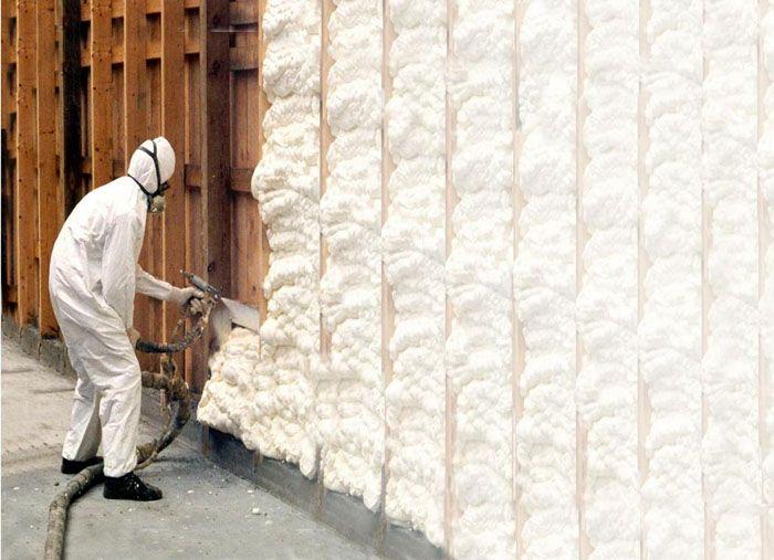 Нанесение пенополиуретана на стену утепляемого здания