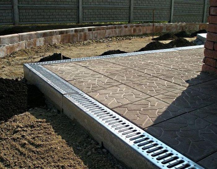 Широкая конструкция не только обеспечит отвод ливневых вод и украсит придомовую территорию, но будет служить и пешеходной дорожкой