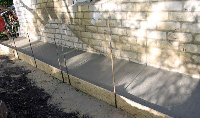 Отмостка из бетона проста в изготовлении и достаточно функциональна