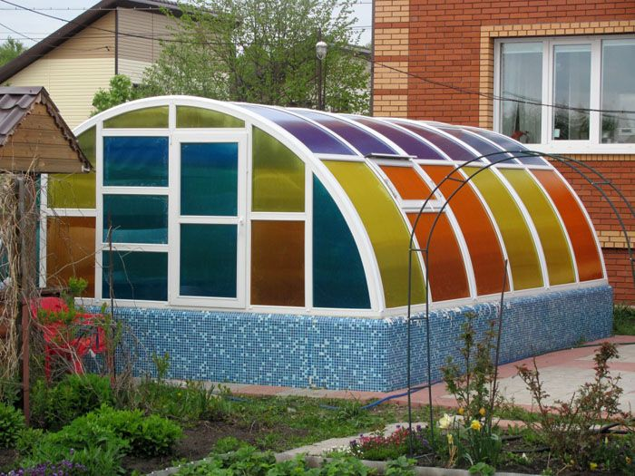 При помощи разных цветов используемого материала можно даже украсить свой участок