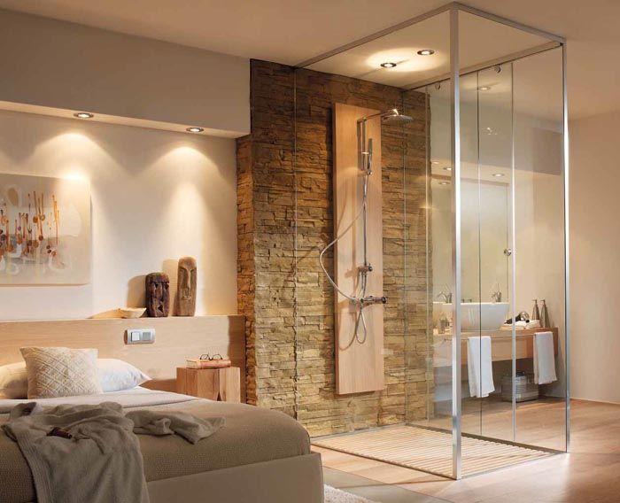 Стеклянные перегородки для душа в малогабаритной квартире могут обеспечивать зонирование внутреннего пространства