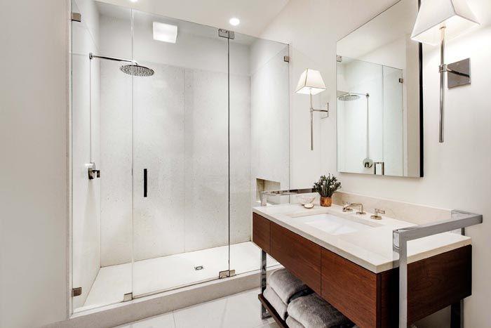Внешняя лёгкость конструкции позволяет использовать стекло для оформления и зонирования даже в ванных комнатах небольших размеров