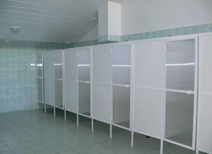 Благодаря низкой стоимости, перегородки для душевых кабин из поликарбоната востребованы на спортивных объектах (стадионы, бассейны и т.д.)