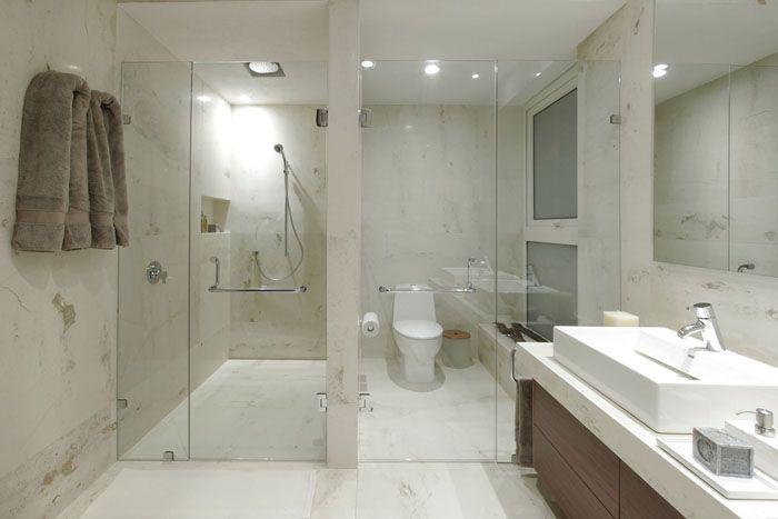 С использованием перегородок из стекла можно зонировать помещение ванной комнаты