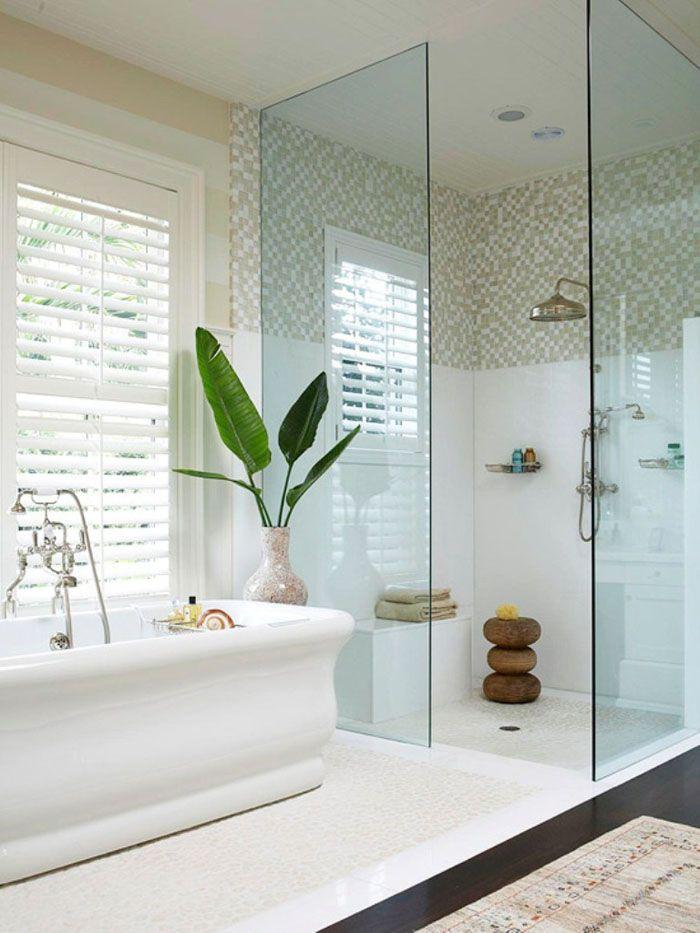 Конструкция, выполненная без дверей и размещённая в ванной комнате большой площади