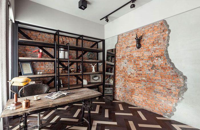 В таком кабинете ничего лишнего, что отвлекло бы от дела. Стена кажется заброшенной, но это удачная попытка совместить два типа отделки