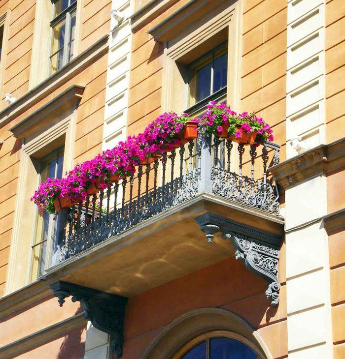 Декоративность балконов обусловлена архитектурным стилем