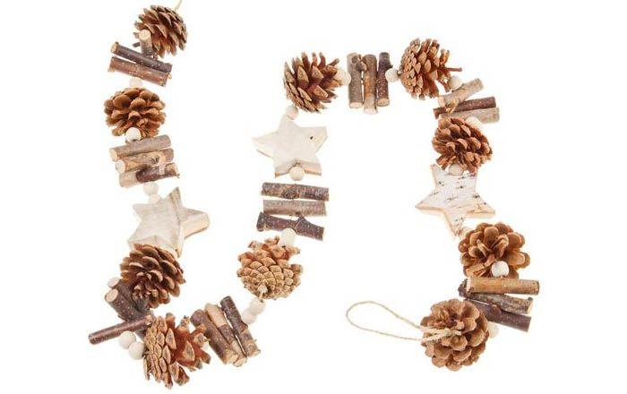 Из дерева вырезают звёздочки, с помощью сверла или просто клея присоединяют изделия к верёвке