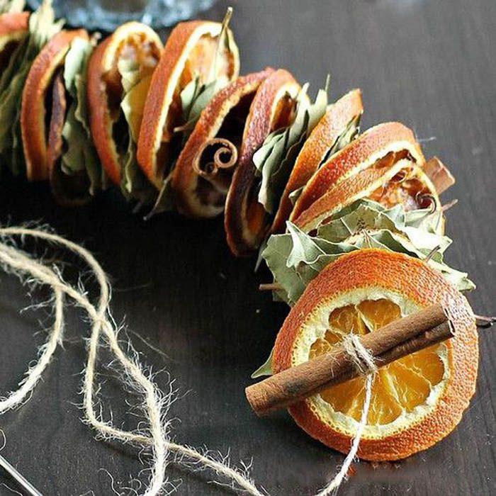 Сушёные фрукты получают в духовке. Они долго остаются в таком состоянии и легко крепятся на нить
