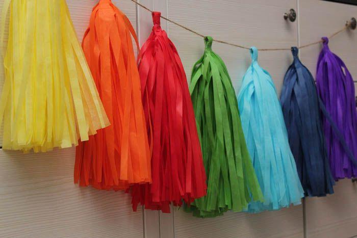 Кисти сами по себе напоминают по форме ёлочку. Если повесить подряд много ярких красочных кисточек, то легко существенно преобразить дизайн комнаты