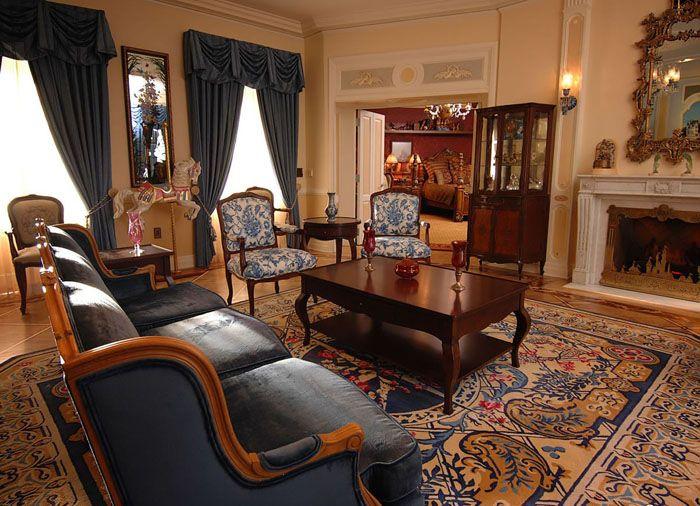 Уюта комнате придаст мягкий ковер с восточным орнаментом