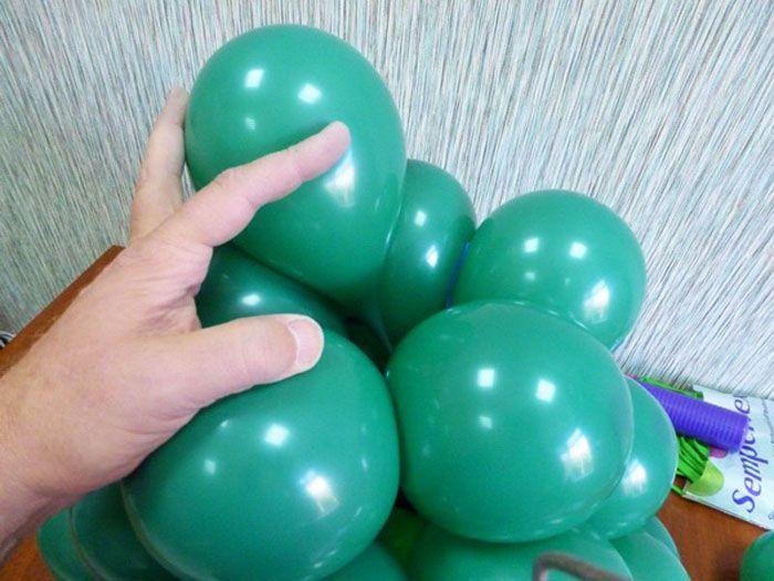 Пять маленьких шаров надуваем с помощью четырёх ходов насоса и связываем их. Связав два шара, сцепляем их с пятым рядом. Оставшиеся три соединяем также с пятым ярусом
