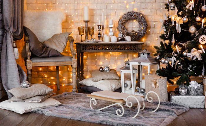 Текстильные нейтральные, коричневые и серые оттенки сами по себе не превращают помещение в яркое праздничное, но в сочетании с гирляндами, ёлкой и новогодней атрибутикой мы получаем тот самый благородный рождественский интерьер