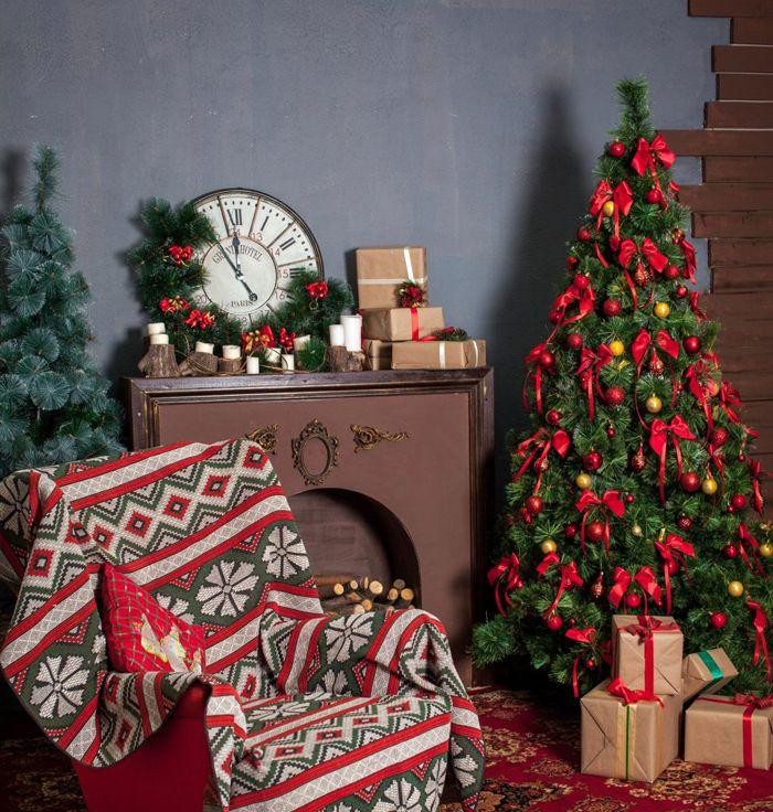 Плед с традиционными новогодними цветами и любым узором автоматически воспринимается как соответствующая атрибутика