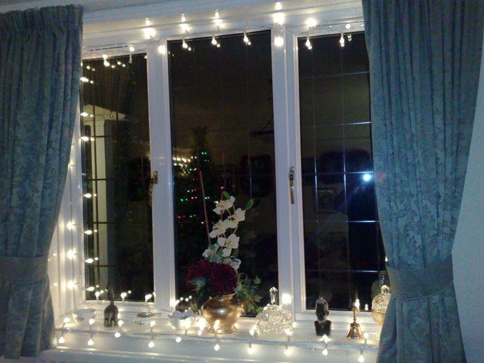 Традиционно также украшают гирляндами окна. Они дают шикарный мягкий отсвет за занавесками, а на улице создают людям праздничное настроение ожидания чуда