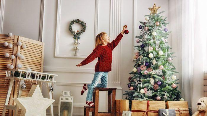 Используя весь арсенал новогодних декораций, можно превратить жилые комнаты в сказочное место