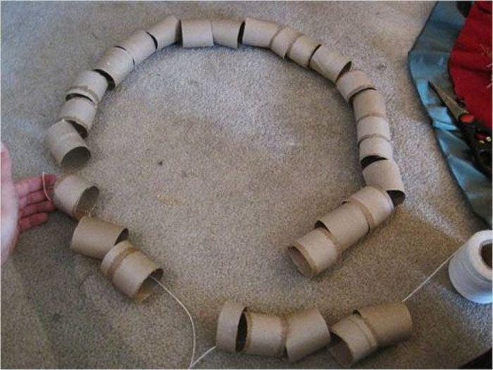 Поставив катушку, колечки начинают нанизывать на нитку
