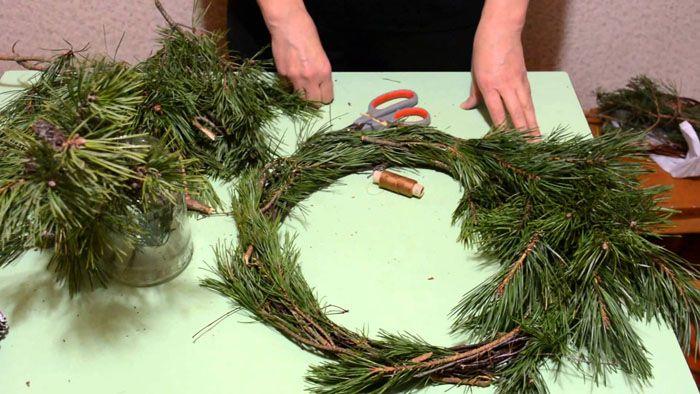 Из хвойных веток получается отличное изделие и без основы: ветви укладывают по кругу и крепко связывают их проволокой или плотными нитками
