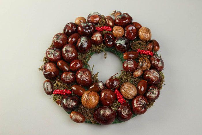 Собранные летом каштаны прекрасно сохраняются, и также могут послужить отличным декором новогоднего венка