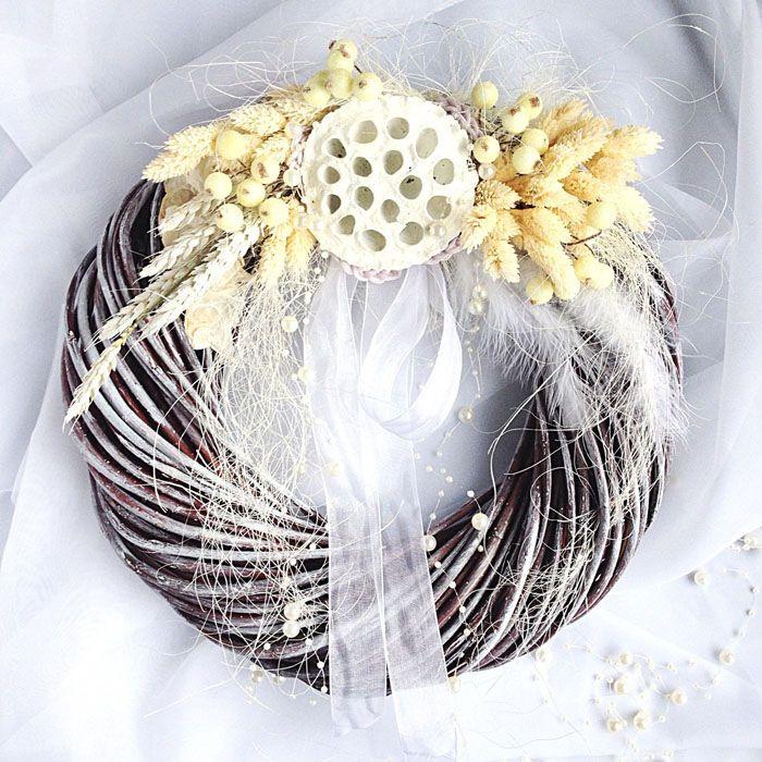 Перегнутые ветки несложно окрасить, а декор из злаков отлично украсит кухню к праздникам