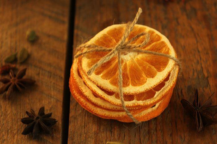 Засушенные цитрусовые хорошо сочетаются в декоре с корицей