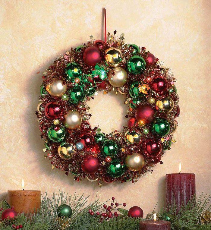 Шикарное яркое украшение получается, когда к основе прикрепляют сразу множество шаров