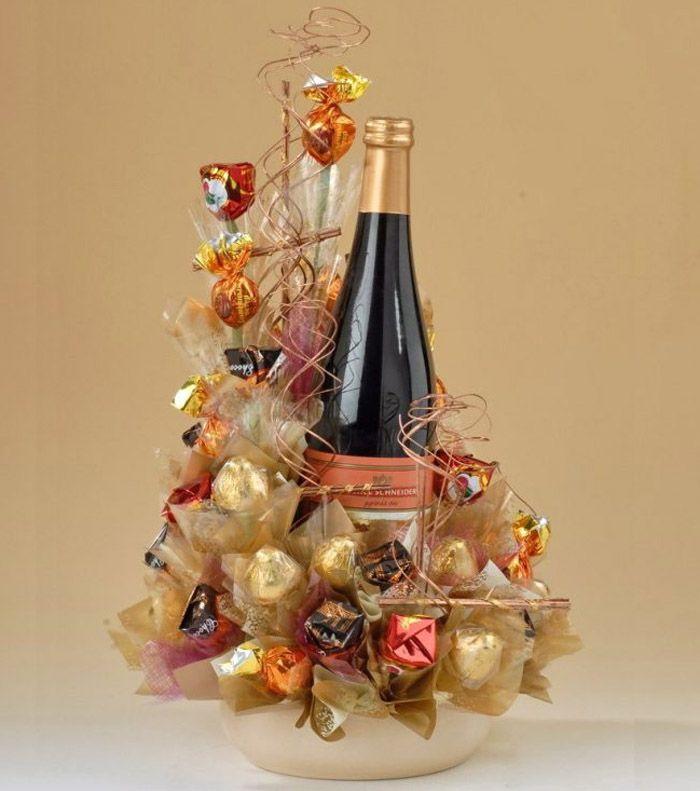 Настоящий подарок, оформленный в нейтральной тематике. Бутылка без проблем вынимается из своего декора и также легко вставляется обратно