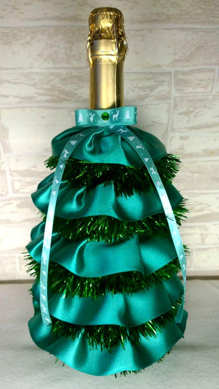 Используя мишуру и широкую ленту, бутылку превращают в нарядную ель