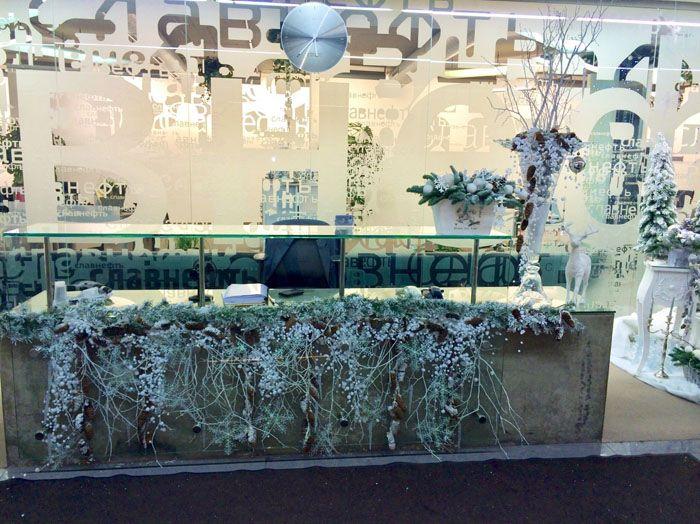 Ещё один не совсем простой способ, как оригинально украсить кабинет. Если заказывать декор полностью готовым, это влетит в солидную копеечку. Но можно сотворить подобное чудо и своими руками, купив искусственные цветы и окрасив их в белый, золотой или серебряный