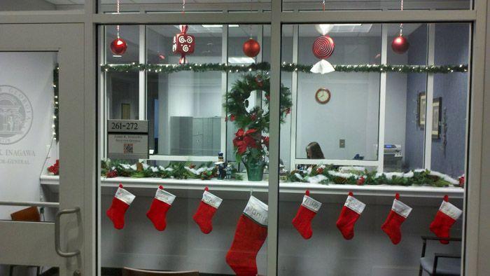 Пара ярких акцентов никак не сделает офис чрезмерно украшенным. В ход могут пойти небольшие настольные ёлочки с минимумом украшений, рождественские сапожки, немного декора на окна