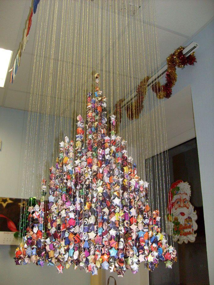 Как украсить офис своими руками? А лучше не своими, а руками самого терпеливого сотрудника: оригами-звёздочки выглядят потрясающе