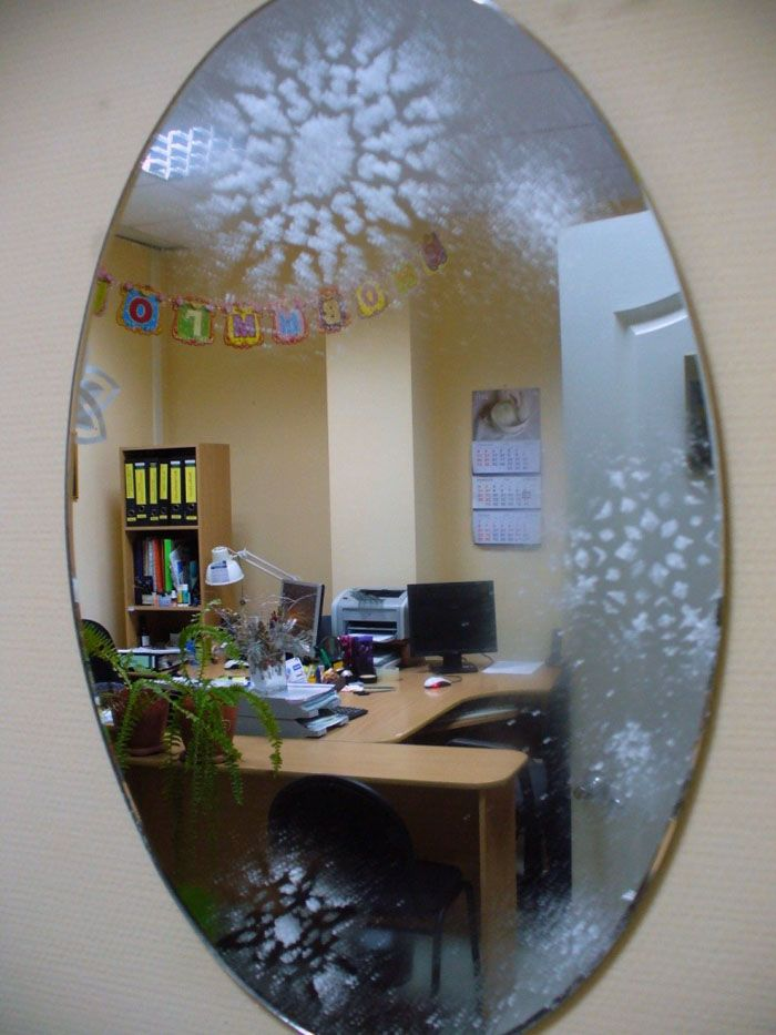Зеркало тоже нуждается в лёгком декоре с помощью трафарета и зубной пасты