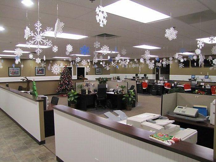 Обычные снежинки могут сыграть роль новогоднего декора, если нет желания пышно наряжать рабочие места